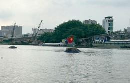 Chìm tàu chở 94 tấn vôi trên kênh Tẻ, 3 người thoát chết