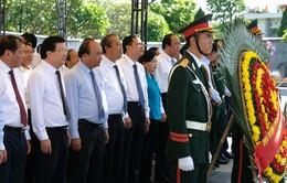 Thủ tướng dâng hương tưởng nhớ các liệt sĩ