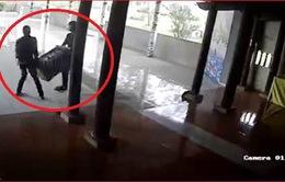 Hai thanh niên ngang nhiên khiêng trộm hòm công đức