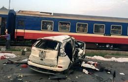 Ô tô hư hỏng nặng sau khi va chạm với tàu hỏa