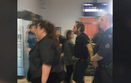 Đến muộn cả tiếng đồng hồ, du khách lao ra đường băng, giật cửa máy bay đòi lên
