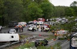 Mỹ: Xe bus chở học sinh đâm xe chở rác, 45 người thương vong