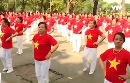 Hơn 2.000 người cao tuổi đồng diễn ở phố đi bộ Hồ Gươm, Hà Nội