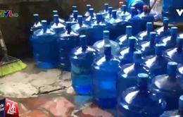 Cẩn thận khi mua nước uống đóng chai, nước đá dùng liền không rõ nguồn gốc