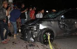 """Ô tô """"điên"""" tông kinh hoàng, cả 6 người trong  gia đình nhập viện"""