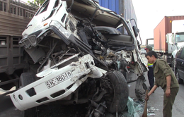 Bình Dương: Kẹt xe hơn 2km trong nhiều giờ vì tai nạn giữa hai xe container