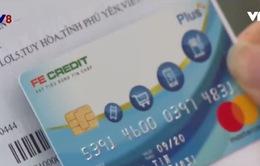 """""""Bẫy"""" người tiêu dùng từ thẻ tín dụng và khoản nợ """"từ trên trời rơi xuống"""" !"""
