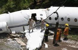 Hy hữu máy bay gãy làm đôi nhưng không ai thiệt mạng