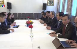 Đồng chí Nguyễn Văn Bình làm việc với cố vấn của Tổng thống Putin