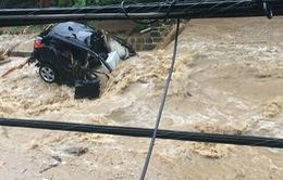 """Mưa lớn gây ra lũ lụt """"nhấn chìm"""" một thành phố tại Mỹ"""