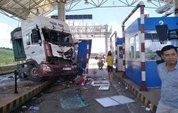Lâm Đồng: Xe container đâm vào Trạm thu phí Liên Đầm
