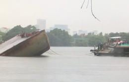 Sà lan tải trọng 1.200 tấn lật úp trên sông Sài Gòn