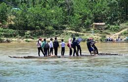 Học sinh Quảng Ngãi vượt bè đến trường trong nguy hiểm