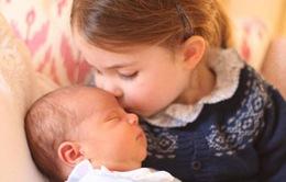 Công chúa Charlotte cực dễ thương bên hoàng tử bé mới sinh nước Anh