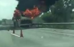 Xe khách giường nằm bốc cháy dữ dội, nhiều người thoát chết