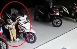 Bé 3 tuổi tử vong khi vặn nhầm tay ga xe đang nổ máy
