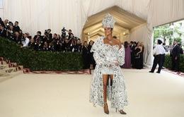 Met Gala 2018: Rihanna biến thành Giáo hoàng, Katy Perry hóa thiên thần
