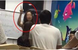 Giáo viên tiếng Anh thóa mạ học viên phải hoàn trả học phí cho người học