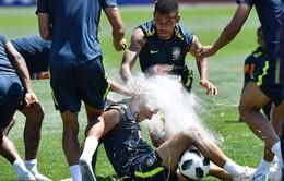 Đồng đội Brazil ném trứng và bột vào Coutinho trên sân tập World Cup 2018