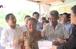 Phó Chủ tịch Quốc hội Tòng Thị Phóng thăm, tặng quà gia đình chính sách