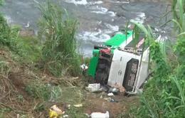 Vụ xe khách lao xuống vực sâu ở Kon Tum: Tập trung cứu chữa các nạn nhân