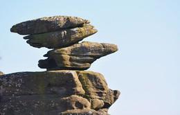 Tảng đá cân bằng tồn tại suốt 320 triệu năm bất ngờ bị nhóm du khách hủy hoại