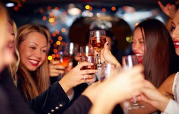Uống nhiều rượu khi còn trẻ sẽ khiến xương bị yếu suốt đời