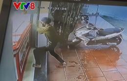 Quảng Nam: Nam thanh niên dùng búa xông vào tiệm vàng cướp gần 150 triệu đồng
