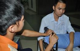Nghẹn ngào em khuyết xương sọ đẩy xe lăn chăm anh trai bị liệt