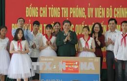 Phó Chủ tịch Quốc hội Tòng Thị Phóng thăm và tặng quà học sinh tại tỉnh Lạng Sơn