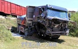 Nghệ An: Xe ben bị tàu hàng đâm ngang khi cố băng qua đường sắt
