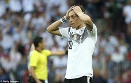 """FIFA World Cup™ 2018: Huyền thoại bóng đá Đức """"tẩy chay"""" Mesut Ozil"""