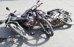 Hai xe máy đâm nhau dính chặt giữa giao lộ, 2 người nhập viện
