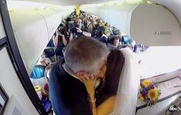 Độc đáo cặp đôi tổ chức đám cưới trên máy bay
