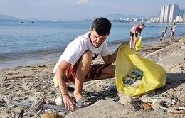 Nhóm du khách Nga tình nguyện nhặt rác ở biển Nha Trang