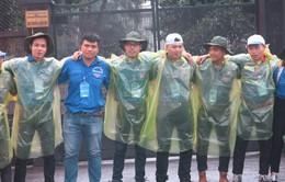 Xúc động hình ảnh sinh viên tình nguyện đội mưa cùng thí sinh thi THPT Quốc gia 2018