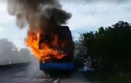 Hà Tĩnh: Xe khách giường nằm bốc cháy dữ dội trên QL1A