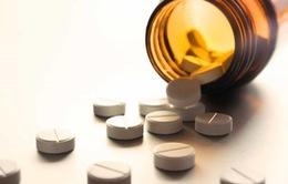Cho con uống thuốc với sữa, nước trái cây có hại không?