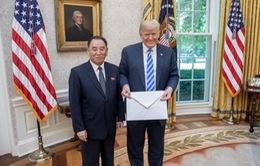 """Bức thư """"khổng lồ"""" ông Kim Jong-un gửi ông Donald Trump"""