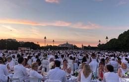 Hàng chục nghìn người tham gia dạ tiệc trắng ở Paris