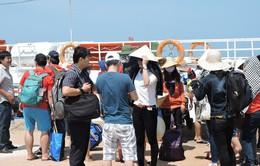 Khách du lịch mắc kẹt trên đảo Lý Sơn đã vào đất liền