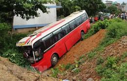 Quảng Ninh: Xe chở 22 khách nước ngoài mất lái lao xuống rãnh