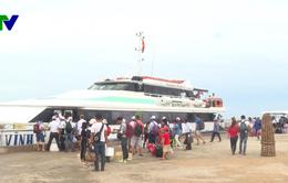 Gần 2 ngàn khách du lịch mắc kẹt ở Lý Sơn đã vào được đất liền