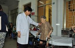 Thay khớp háng cho cụ bà 104 tuổi