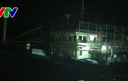 Bình Định: Tàu vỏ thép lai dắt tàu vỏ gỗ gặp nạn trên biển vào đất liền