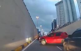Xe bán tải luồn lách gây nguy hiểm trên đường phố Hà Nội