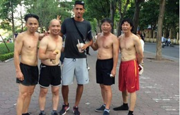Chris Smalling trổ tài đá cầu ngay trên đường phố Hà Nội