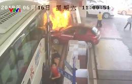 Trung Quốc: Nhân viên giải cứu trạm xăng bị cháy trong 38 giây