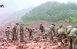 Xúc động hình ảnh chiến sĩ quân đội, công an dầm mình trong mưa lũ tìm kiếm nạn nhân mất tích