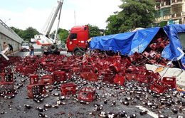Xe đầu kéo bị lật, hàng trăm két bia rơi xuống Quốc lộ 1A